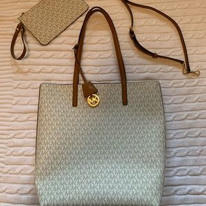 🌟 Michael Kors tote with attachable wristlet